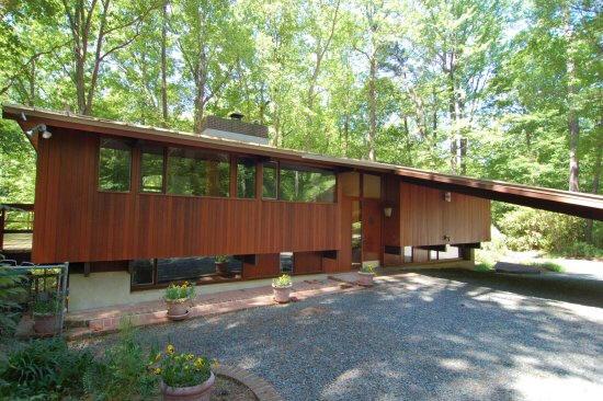 Triangle modernist houses deck house